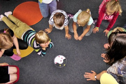Enfants jouant à l'accueil de loisirs pour mineurs
